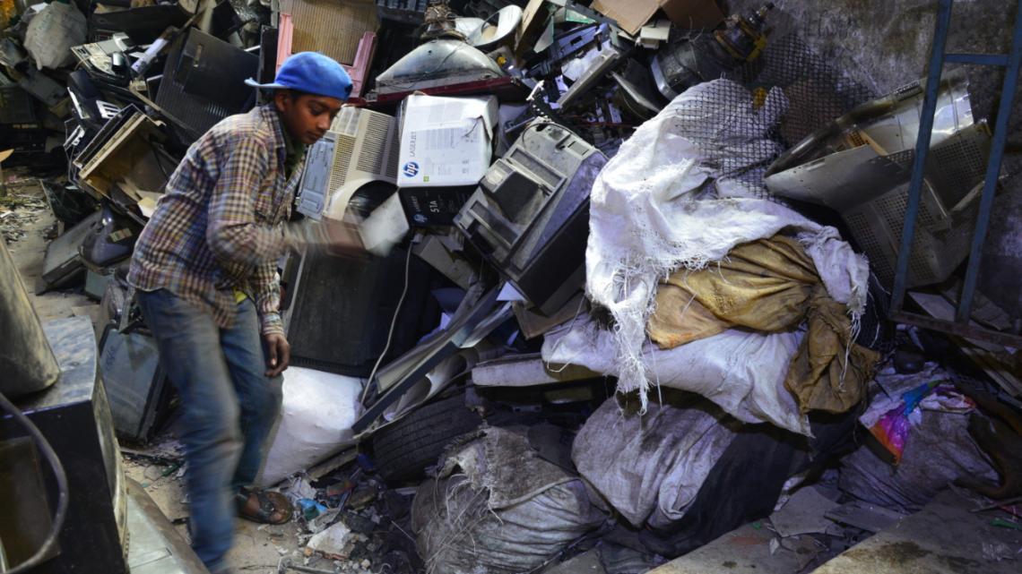 Kinderarbeid is verboden in Pakistan. Toch zijn het kinderen die deze telefoons recyclen.