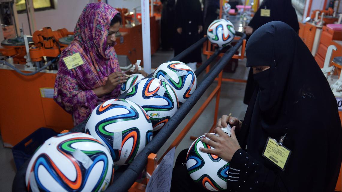 Ongeveer de helft van alle voetballen wordt in Pakistan gemaakt.