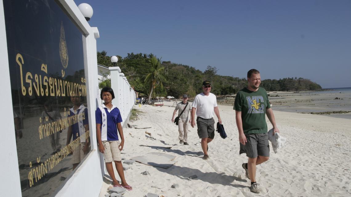 Na de tsunami werden eerst de hotels op het eiland Koh Phi Phi gebouwd. De bewoners moesten langer wachten.