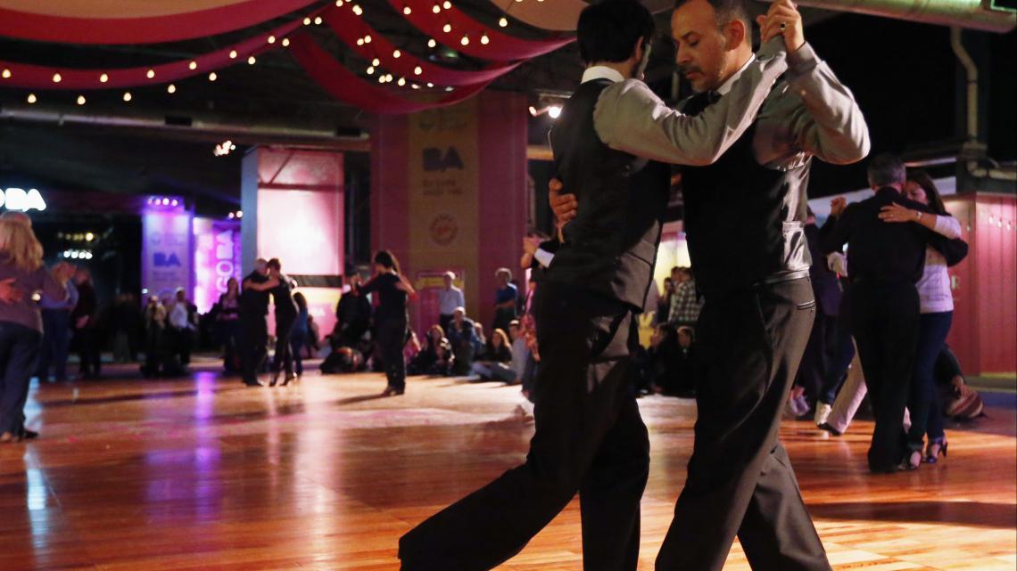 Twee mannen dansen de Argentijnse tango.