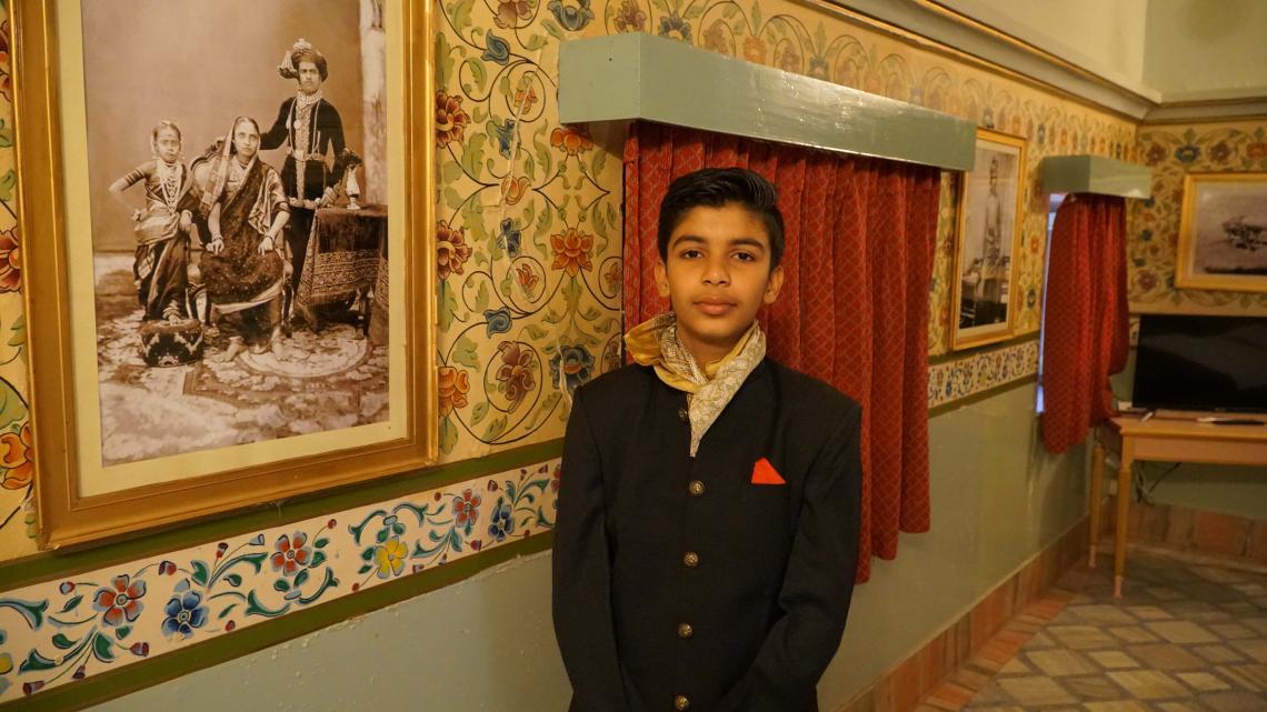 Overal in het paleis hangen oude foto's van de familie van Bharat.