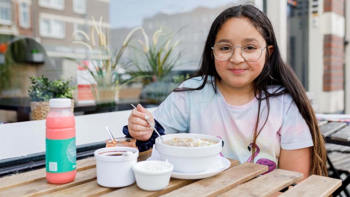 Lisa eet graag saoto soep in het Surinaams-Javaanse restaurant waar haar moeder werkt.