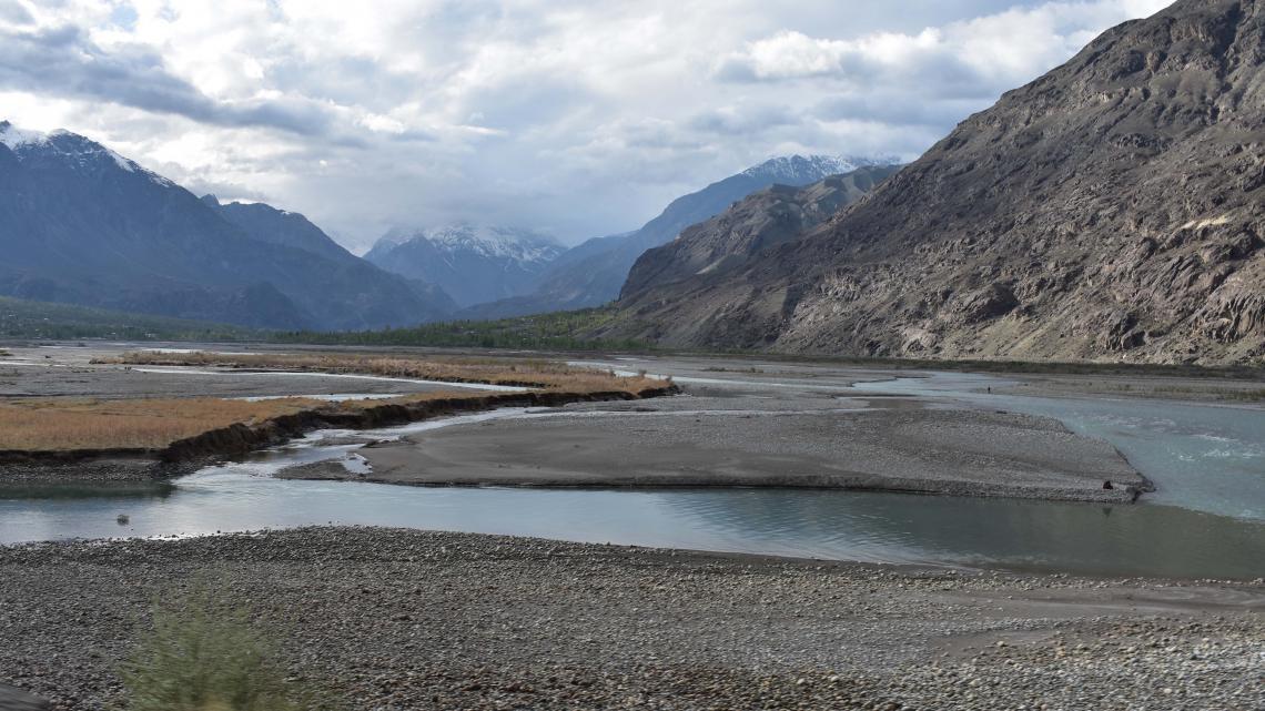 In het noorden van Pakistan zijn hoge bergen met gletsjers.