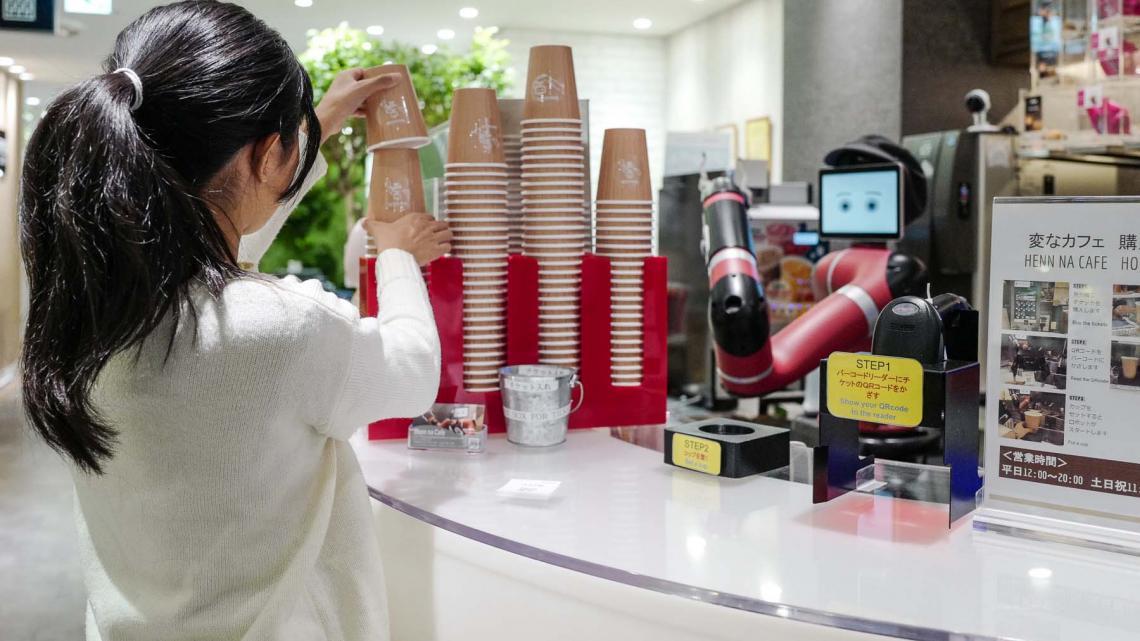 Deze robot serveert warme dranken en Mion uit Tokio probeert 'm graag uit.