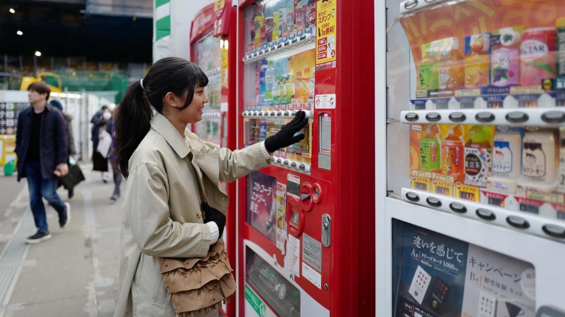 In Japan staan overal van dit soort drankautomaten.