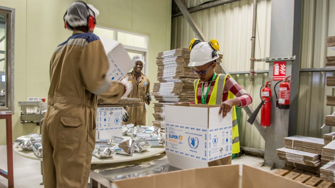 Op de verpakkingsafdeling van de fabriek in Rwanda wordt nog wel wat werk met de hand gedaan.