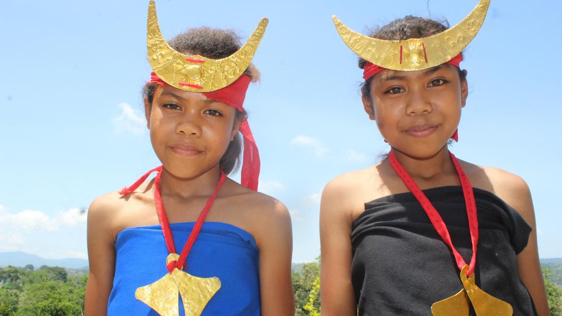Namo en Jenny laten traditionele feestkleding van hun Indonesische eiland zien.