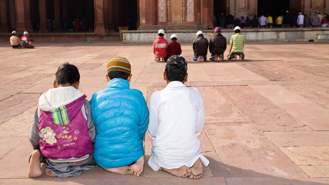 In India bidden moslims in de Jama Masjid moskee van Fatehpur Sikri.