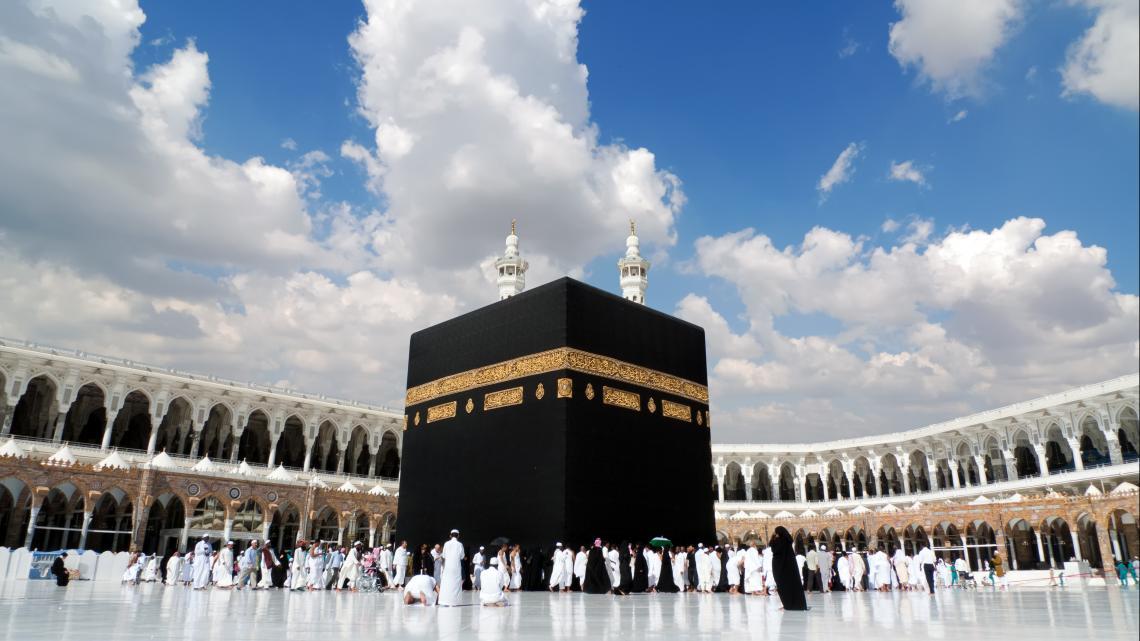Bedevaartgangers in Mekka lopen zeven keer om de ka'ba heen.