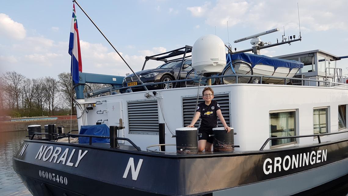 Door de corona-maatregelen is Stijn nu extra lang op het schip van zijn ouders.