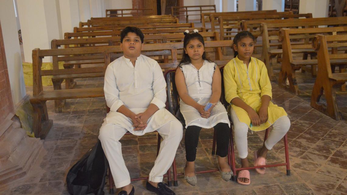 Ritma en haar broer Kalib zijn voor het eerst in de oudste kerk van hun land Pakistan.