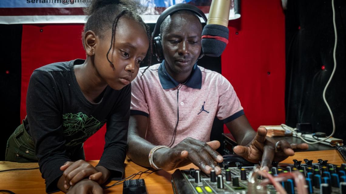 Simantoi is op bezoek bij de radiostudio van Serian FM in het noorden van Kenia.