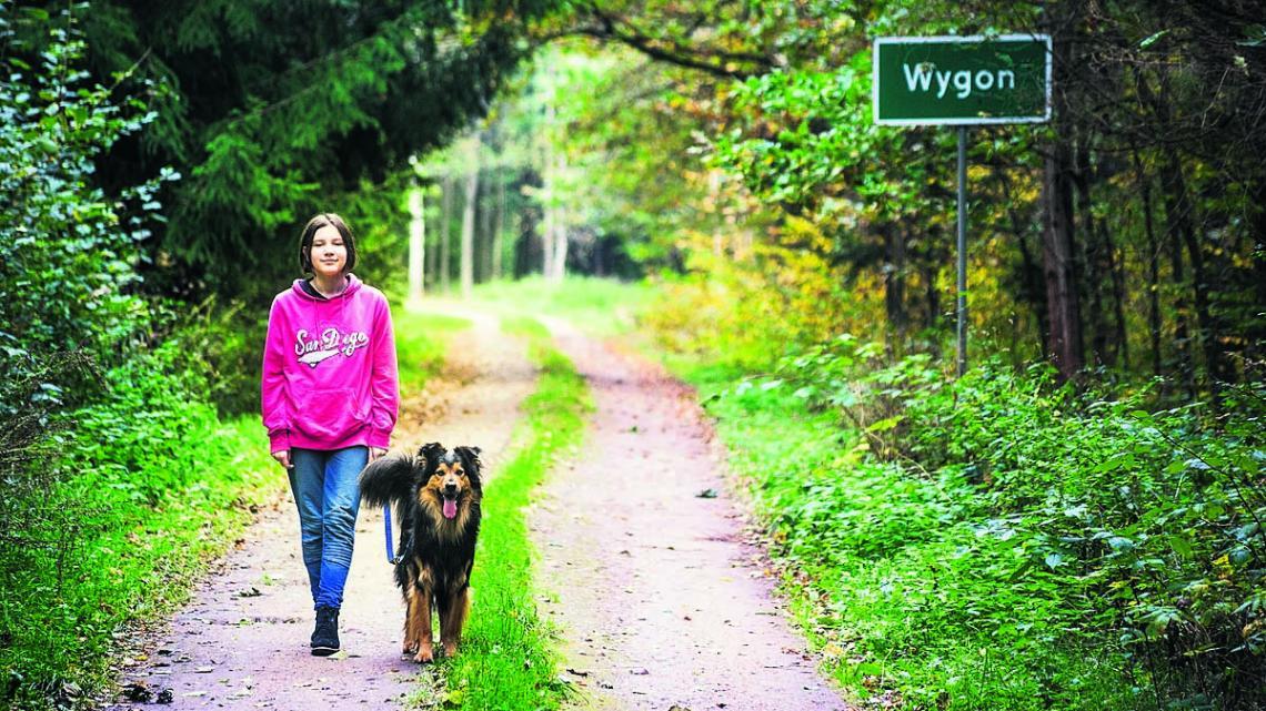 Marysia houdt van wandelen met haar hond in het oerbos van Polen.