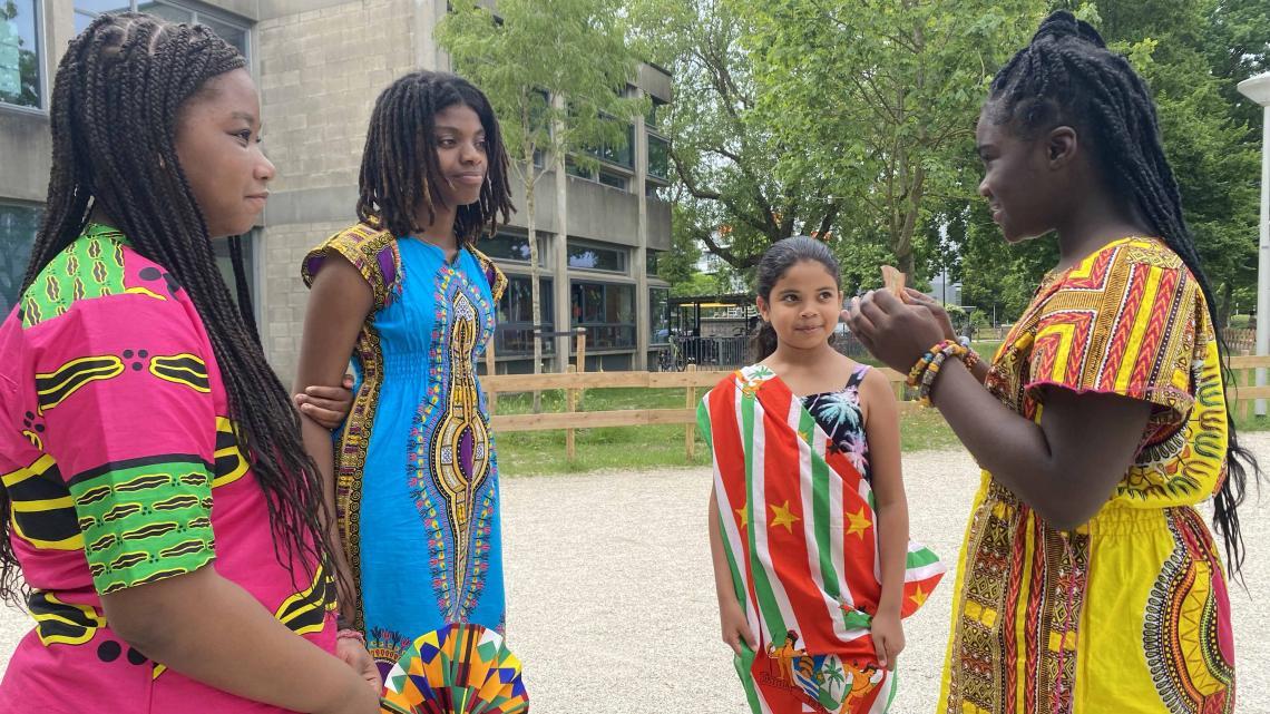 Jaël, Brooklyn, Talulah en Nissi delen verhalen van hun verre voorouders.