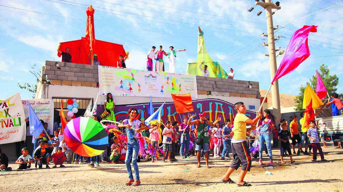Circusschool Sirkhane vrolijkt de straten in dit Turkse dorp én de kinderen op.