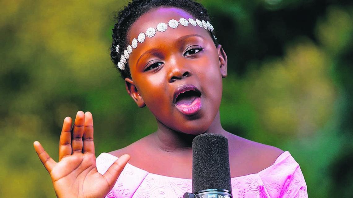 Zangeres Leyna uit Uganda werd beroemd na een tv-optreden.