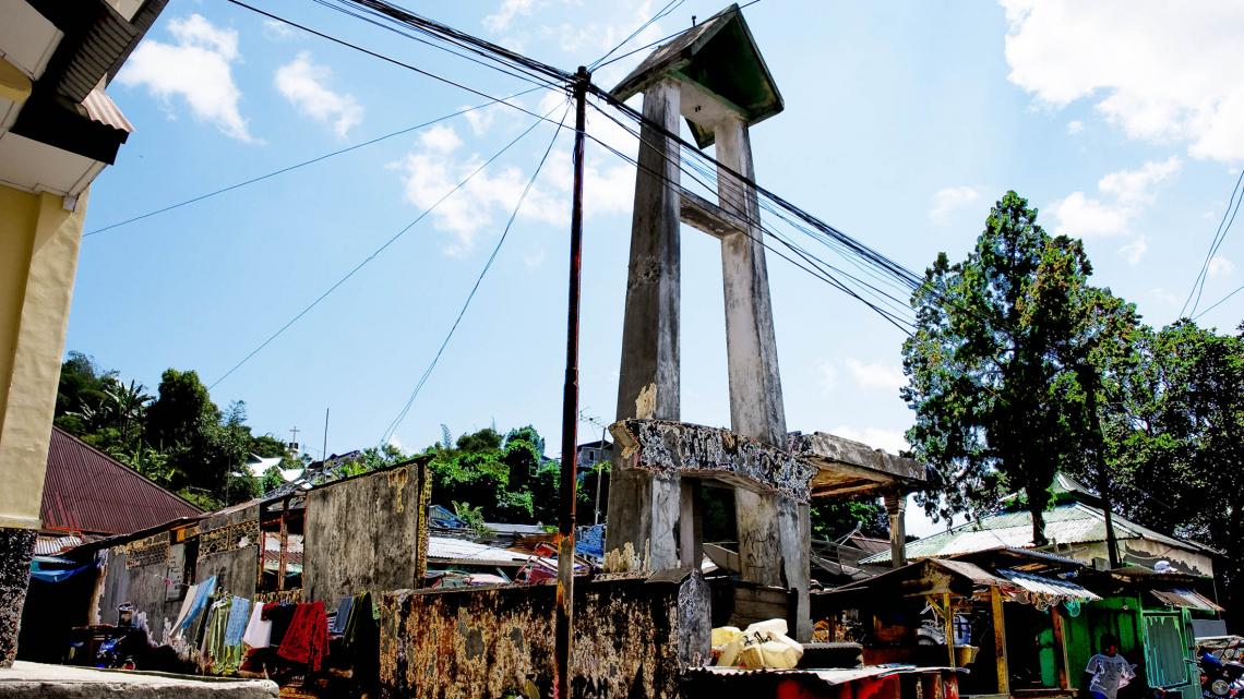 Jaren na de burgeroorlog op Ambon zie je nog overal verwoeste gebedshuizen zoals deze kerk.