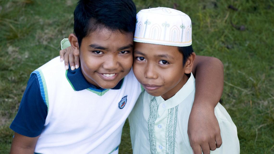 James (links) en Amal zijn de beste vrienden. Ze vieren de feesten van twee verschillende geloven.