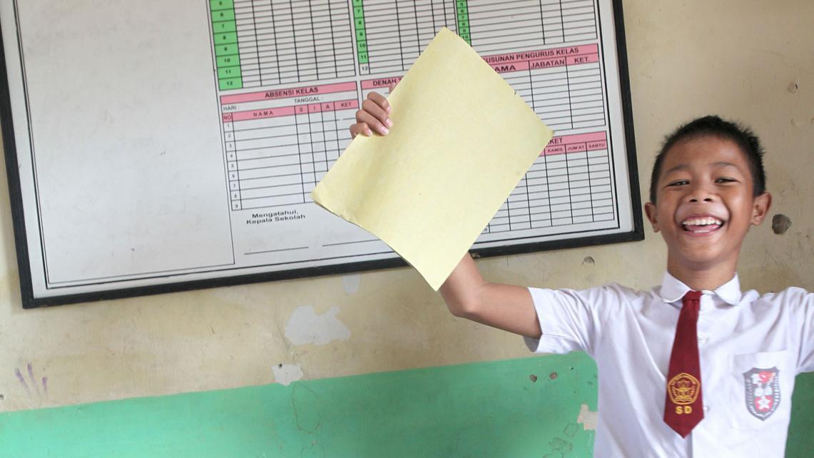Lanang maakt een dansje met zijn cijferlijst. Geslaagd!