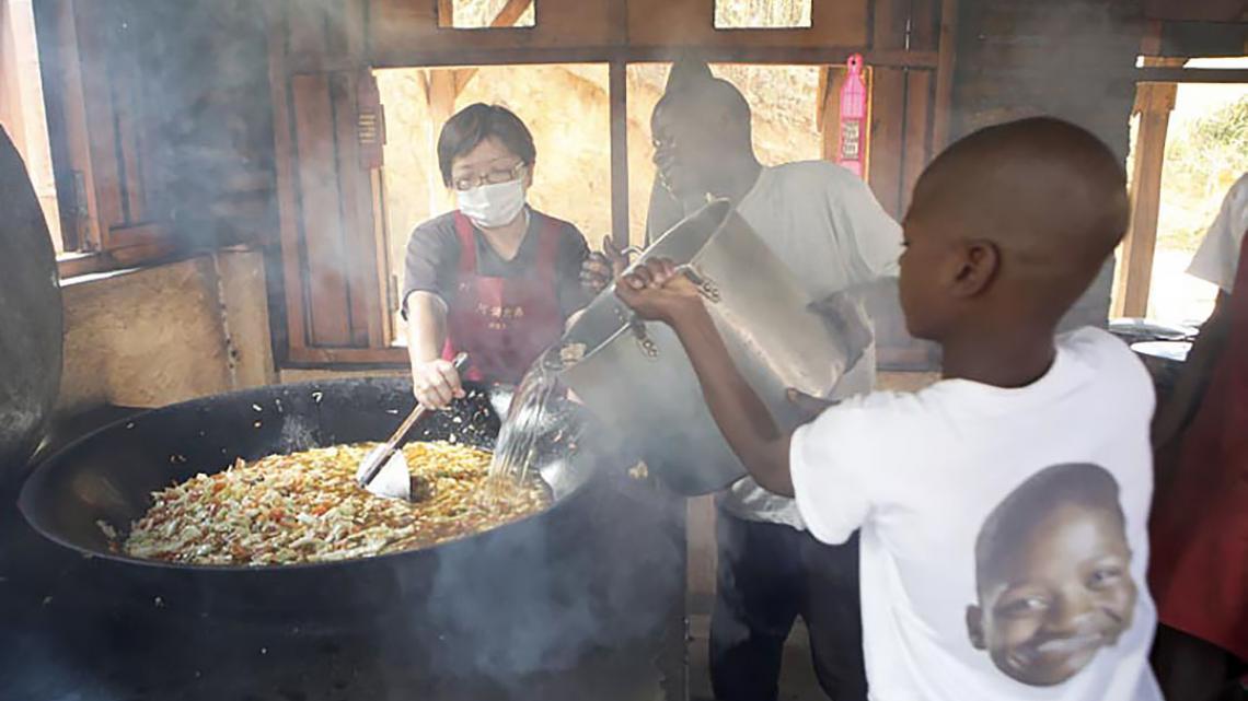 Kelvin (13) helpt met koken. Alle jongens en meisjes doen dat om de beurt. Ook hun kleren wassen de kinderen zelf.