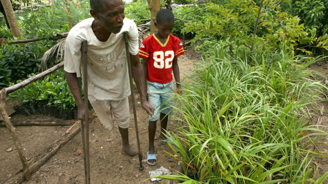 De oom van Fenozare is zijn been kwijt door lepra. Hij werkt in de orchideeëntuin.