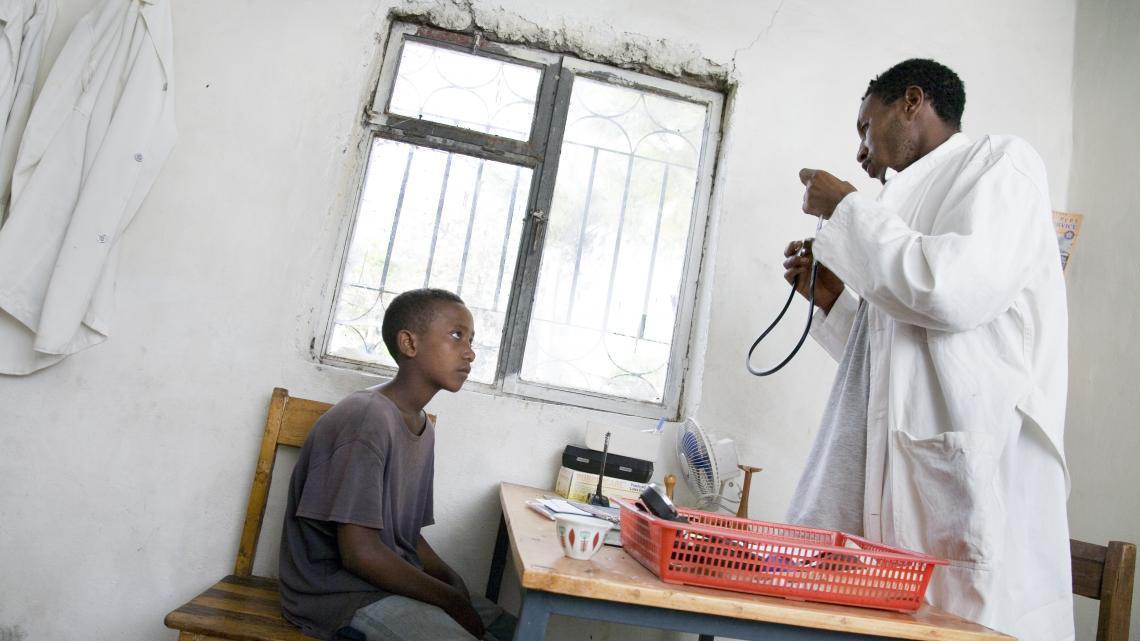 Solomon wil van de verpleger alles weten over een stethoscoop.