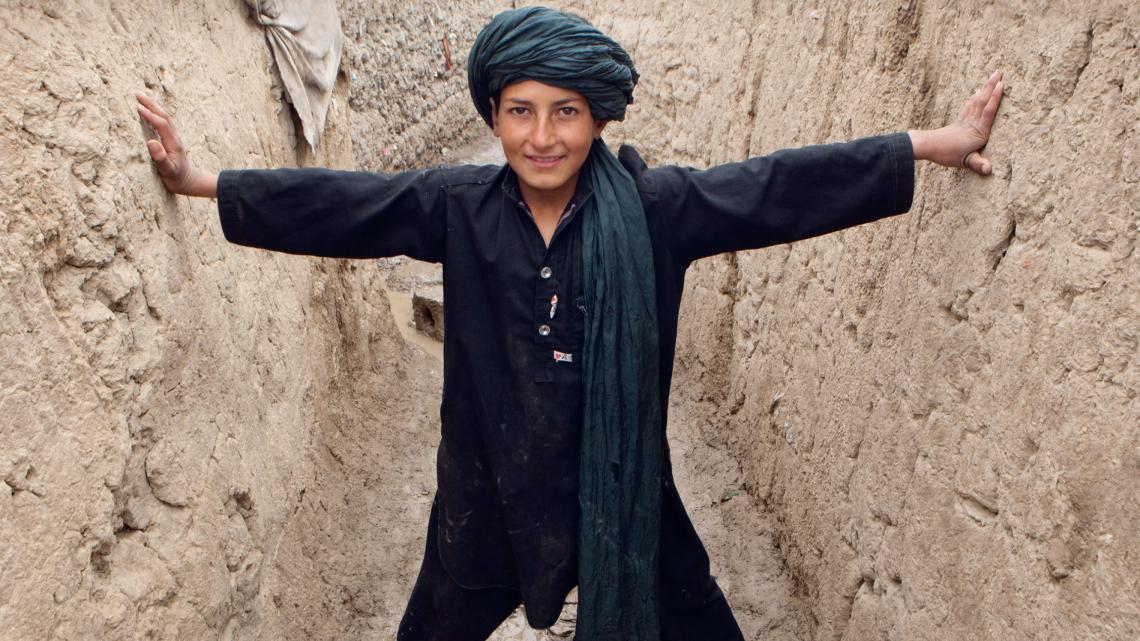 De familie van Noor sloeg op de vlucht voor het geweld van de Taliban in Afghanistan. Nu wonen ze in een vluchtelingenkamp in Kabul.