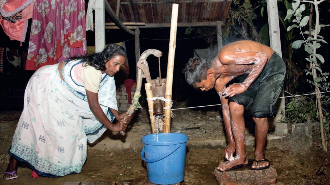 Mehraj probeert de geur van zwavel en rottend vlees van z'n lichaam te wassen.