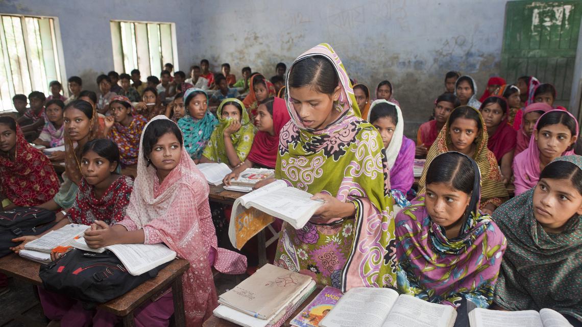 De school van Laboni (13) uit Bangladesh overstroomde door cycloon Aila.