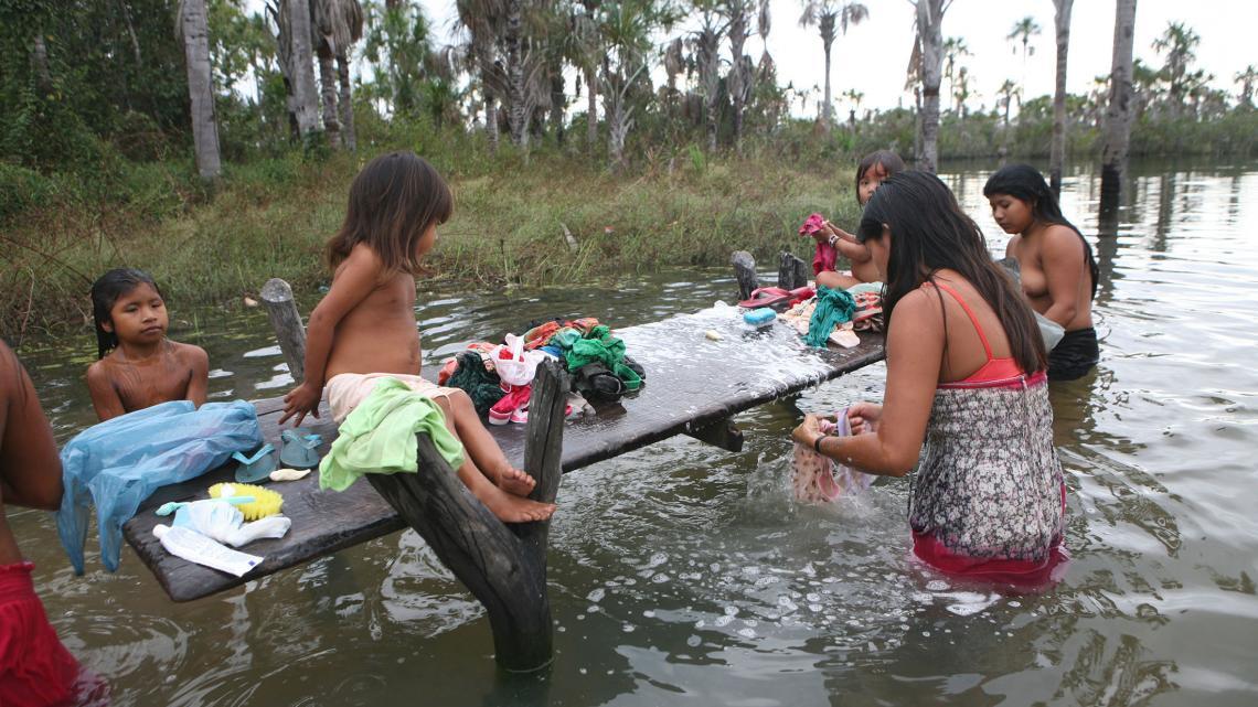 Vrouwen en meisjes gebruiken de rivier als wasplek.