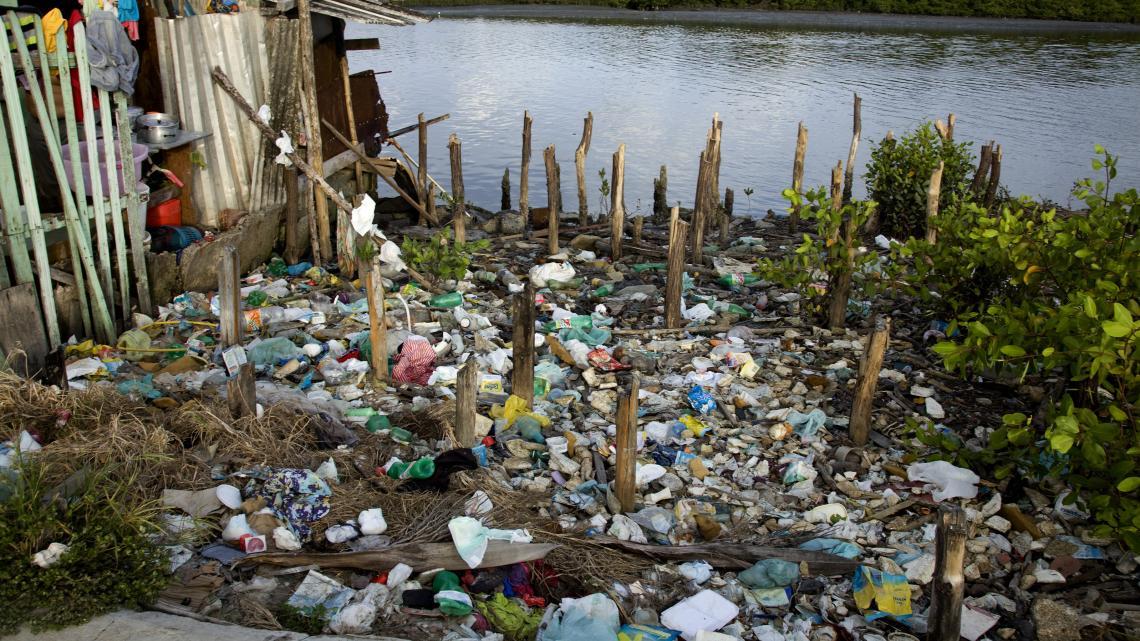 Het meeste plastic valt uiteindelijk wel uit elkaar, maar het verdwijnt nooit helemaal.