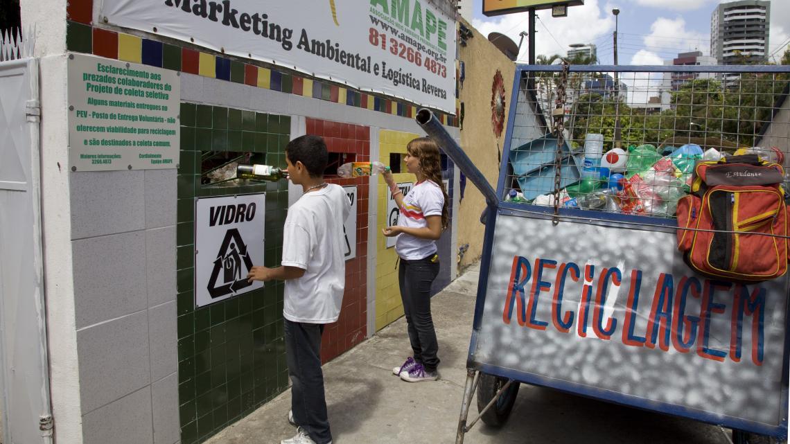 De inwoners van Recife zorgen zelf dat er plekken zijn voor gescheiden inzameling van afval. De gemeente doet dat niet.