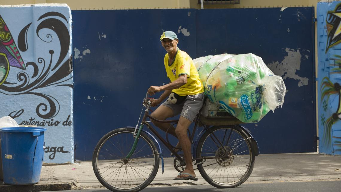 Almiro is vuilnispikker, net als een miljoen andere arme Brazilianen. Hij verzamelt plastic flessen in rijke wijken en verkoopt ze aan een grote handelaar.
