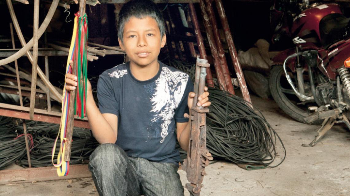 """Trots laat Rida zijn veiligheidsvestje zien die hij draagt wanneer hij bemiddelaar is.   """"Een bemiddelaar mag nooit partijdig zijn. Soms is dat moeilijk, bijvoorbeeld als je vriend betrokken is bij een relletje.""""  Toribio, Colombia Diego Felipe (12) hoort bij de Nasa, een volk in Colombia. Hij is lid van een vredeswacht. """"Wij wonen middenin het gebied waar soldaten, guerrilla en bendes  met elkaar vechten. Al dat geweld zijn we ondertussen zat. We zeggen:  verdwijn!  Maar ze komen steeds terug met hun g"""