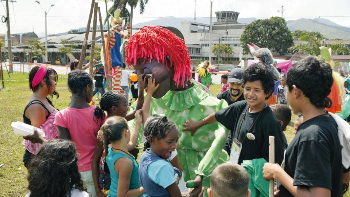 """Supernieuwsgierig zijn de kinderen naar deze enorme marionet. """"Ieuw, die borst voelt heel raar!"""""""