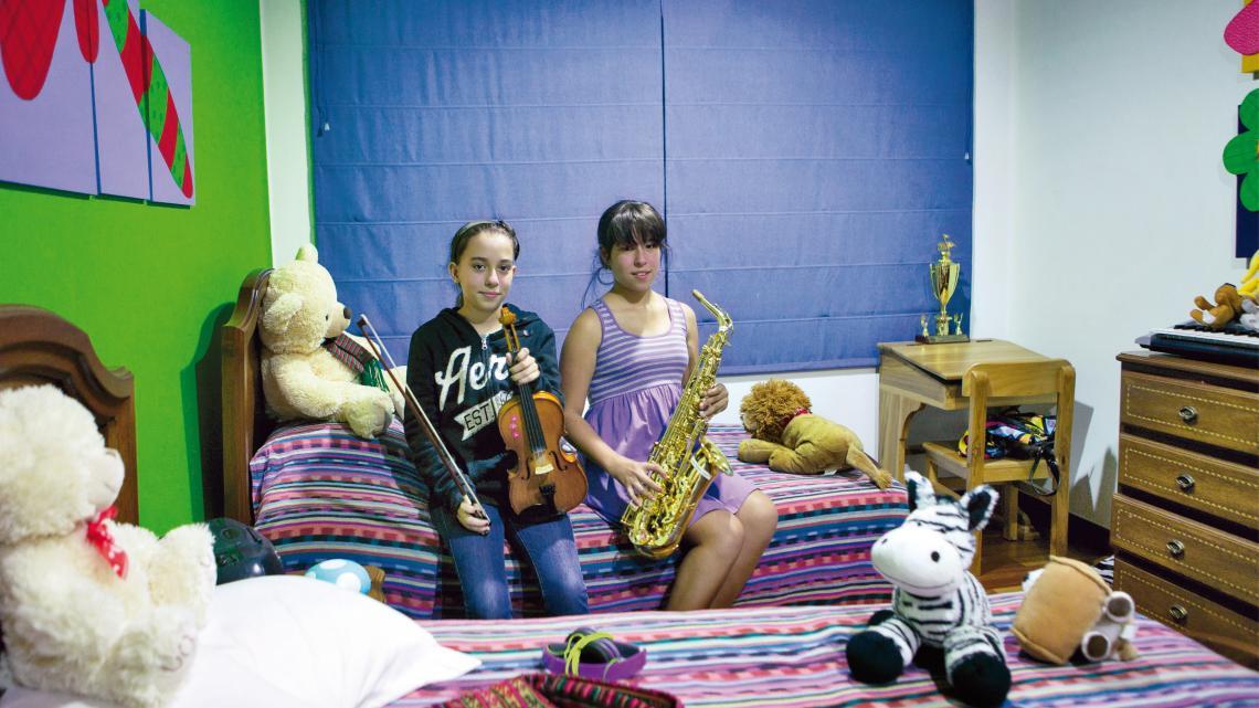 Susana en Maria wonen in een veilige buurt. Het geweld in hun land zien ze vooral op televisie.