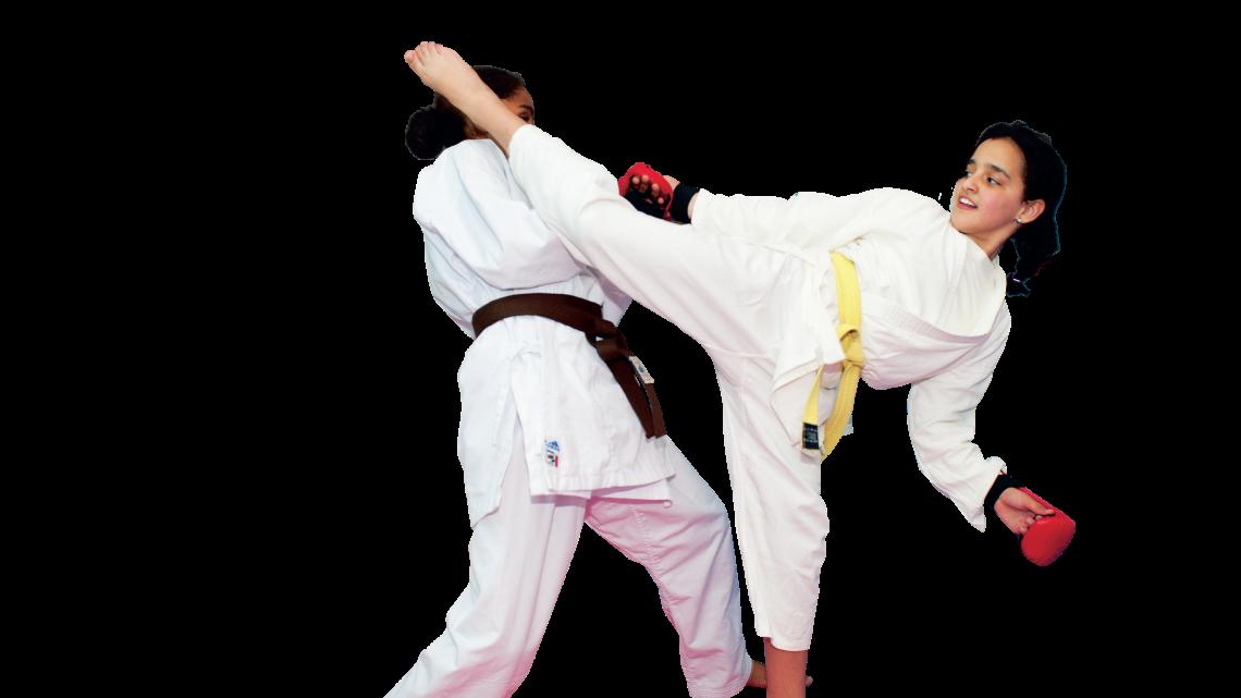 Houda (r) geeft haar sparring partner een flinke jodan mawashi geri.