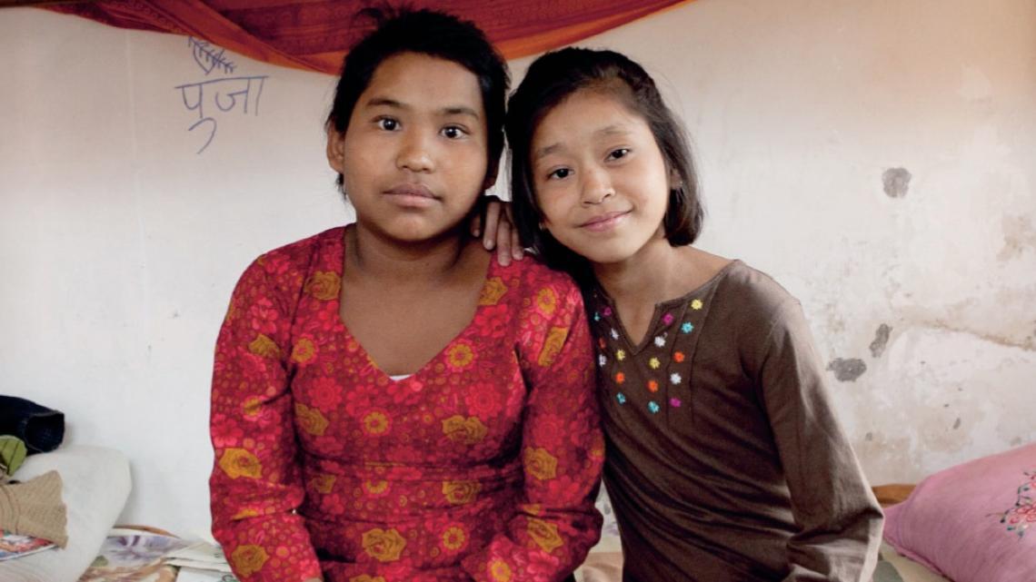 Deebi (rechts) is heel blij met haar nieuwe vriendinnen.