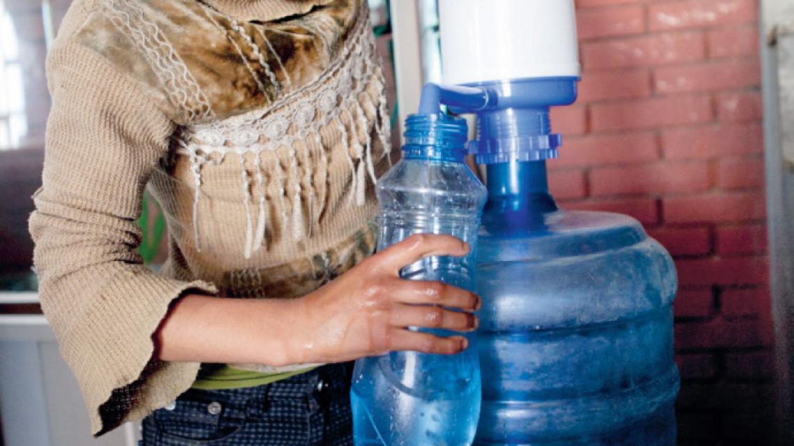 Deebi koopt water in flessen.