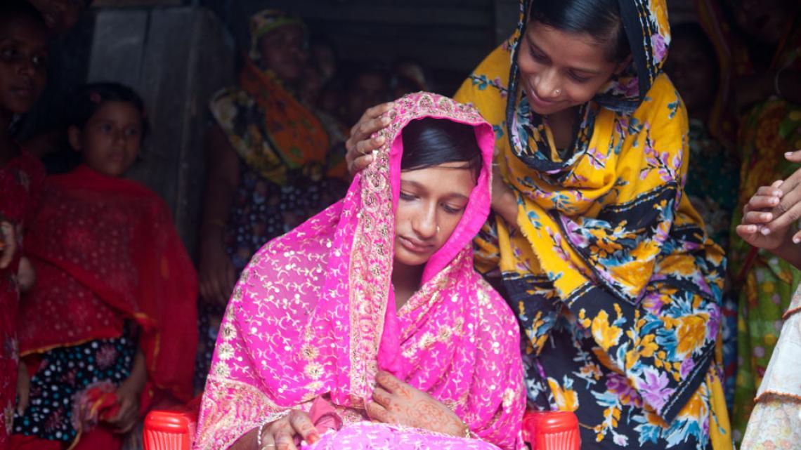 De handen van deze bruid zijn prachtig versierd met henna