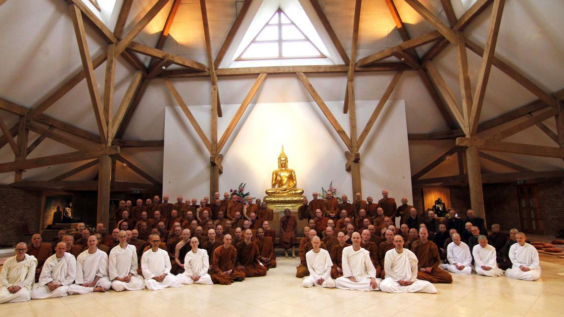 De Forest Sangha komt bij elkaar in hun klooster in Engeland.