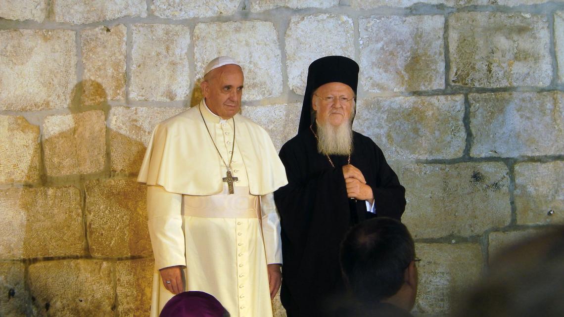 Paus Franciscus, hoofd van de rooms-katholieke kerk, en patriarch Bartholomeus, hoofd van de oosters-orthodoxe kerk, in Jeruzalem.