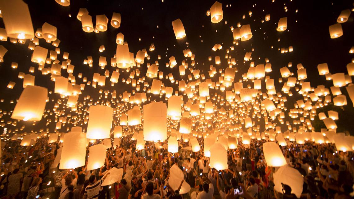 In de Thaise plaats Chiang Mai worden met Loi Kratong ook duizenden lampionnen opgelaten.