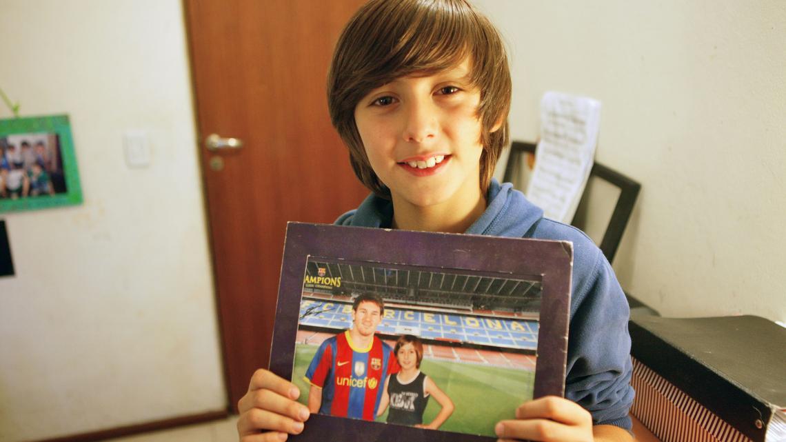 Manuel met het portret van de beroemde Argentijnse voetballer Messi.