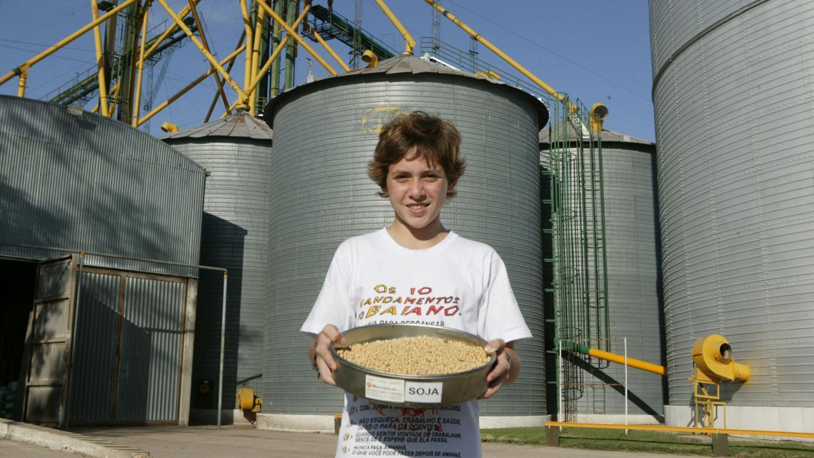 """Pedro: """"De grote silo's achter mij zitten vol met deze sojabonen. Die gaan allemaal naar het buitenland."""""""