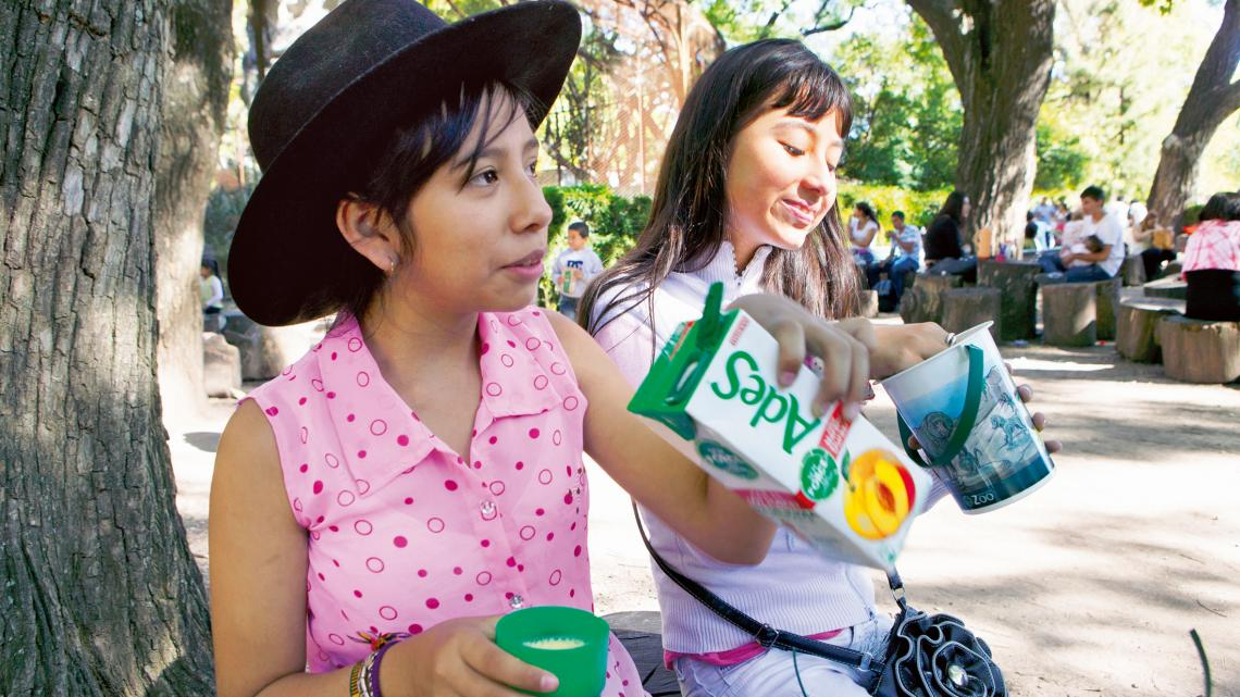 Micaela (11) en Sol (11, rechts op de foto)
