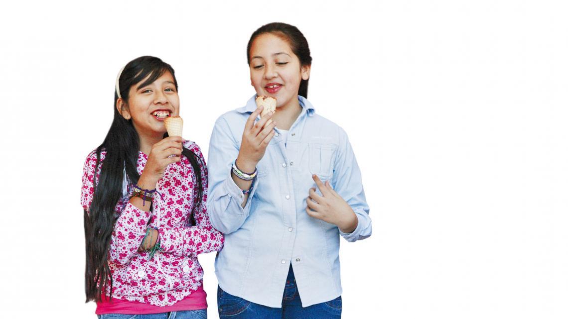 Micaela (11) en haar vriendin Dolores (11, rechts op de foto)