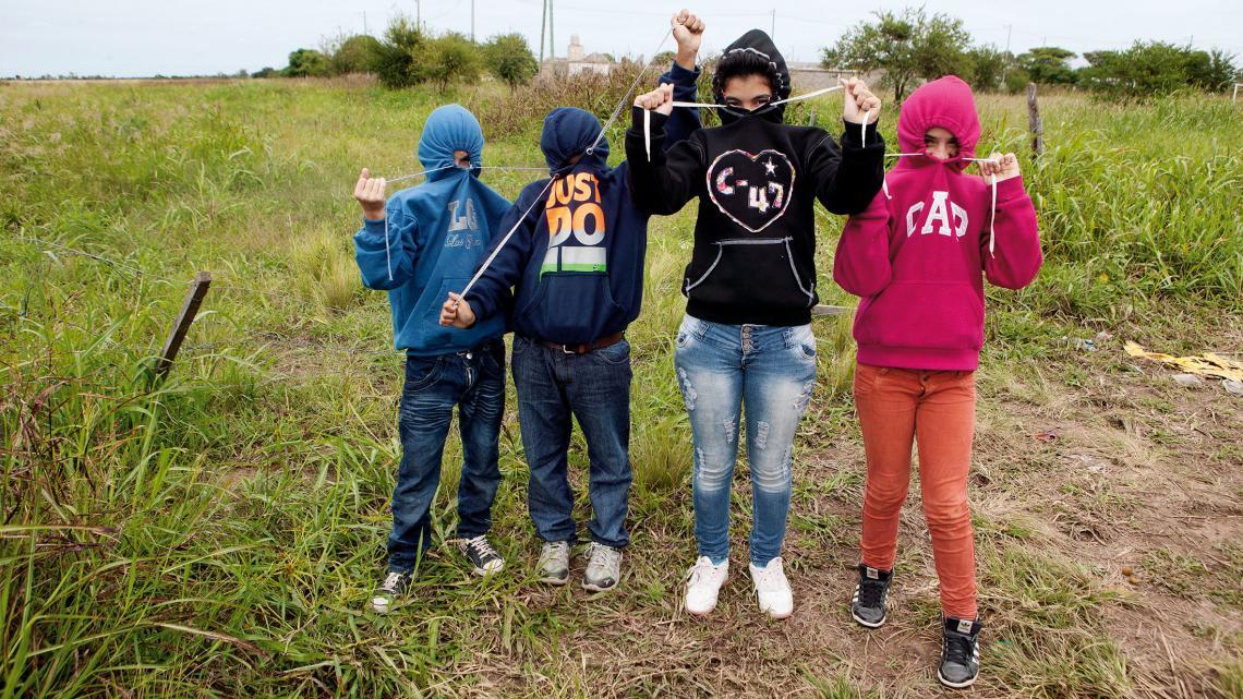 Antonio (11), Joel (11), Eliana (11) en Nicol (11) doen alsof een capuchon hen beschermt tegen gif.