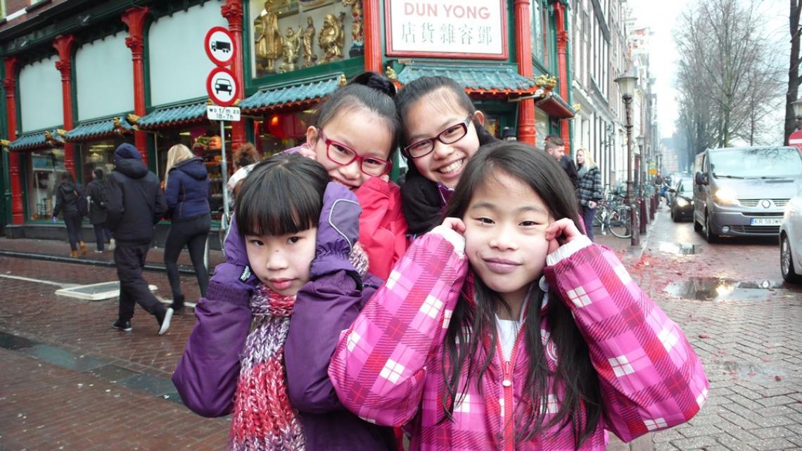 Van links naar rechts: Shannon (10), Fu (12), Megan (12) en Yu (11). Ze zijn geboren in China en geadopteerd. Best hard, dat vuurwerk!