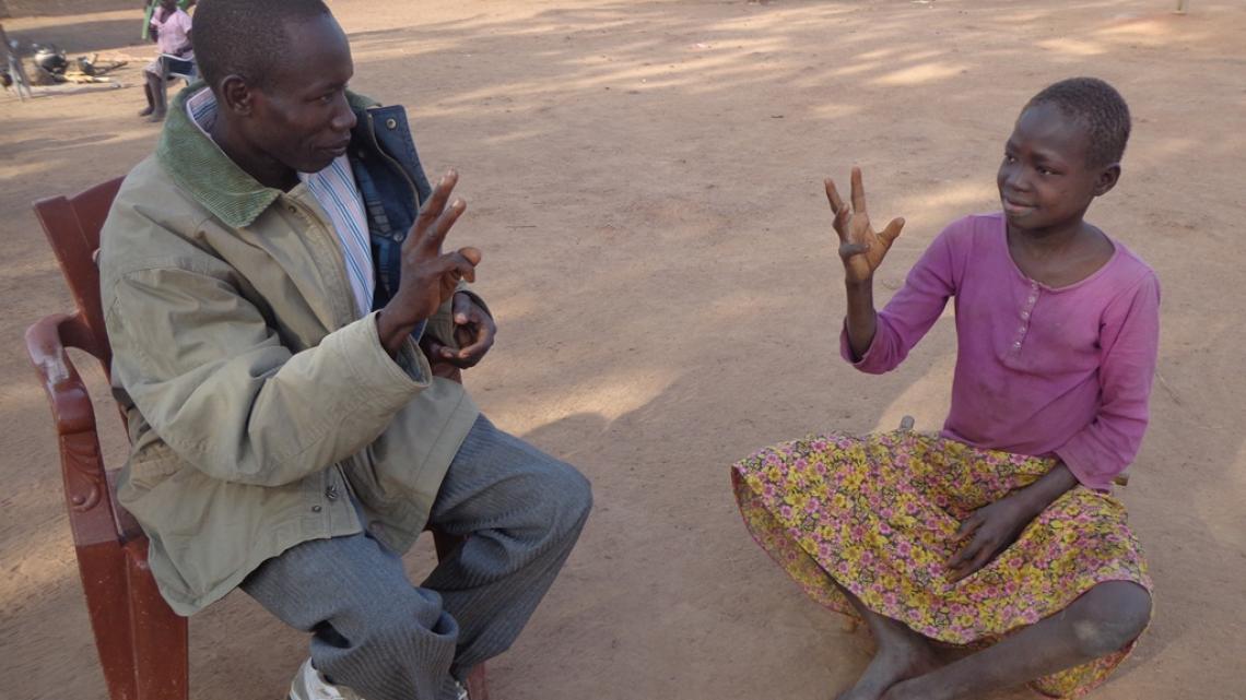 De dove Dawa John (12) leert gebarentaal.